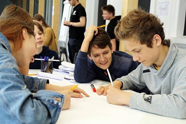 """""""CodeAcademy Kids"""" ir """"Tele2"""" mokys programuoti regionuose gyvenančius vaikus"""
