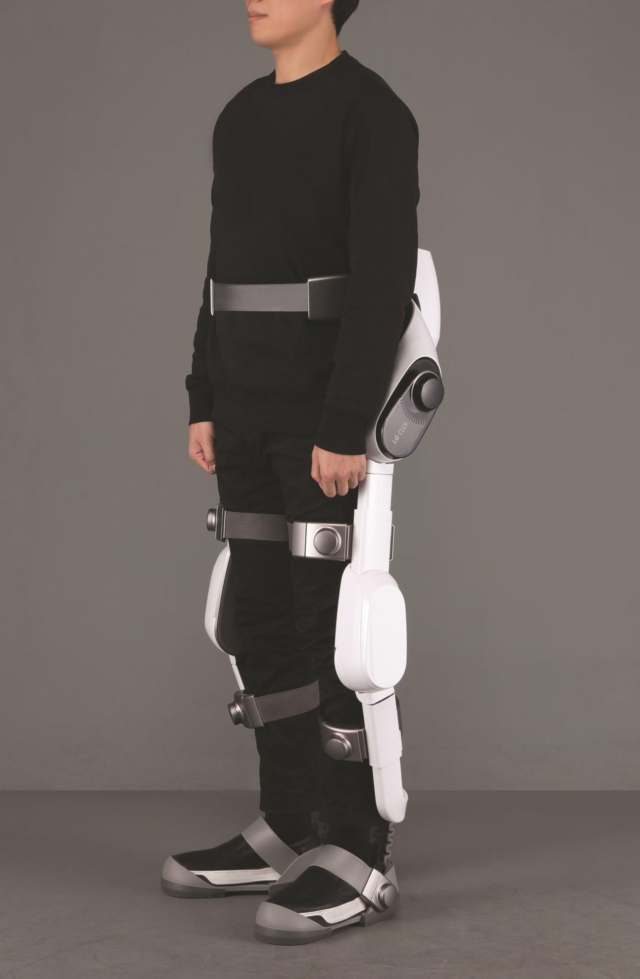 """Modernus dėvimas LG robotas """"CLOi SuitBot"""" – žingsnis į naują robotikos erą"""