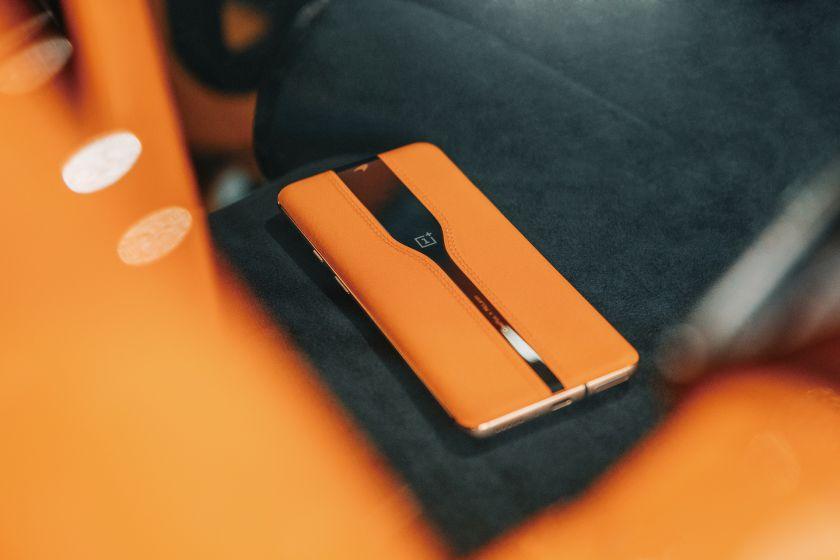 """""""OnePlus Concept One"""" išvydo dienos šviesą: telefono kamera tampa nematoma per 0,7 sekundės"""